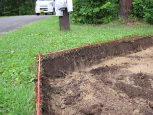 キャラバンサイトでは、表面の土壌をはぎ取り、あらたな砂とビリを敷き込みます